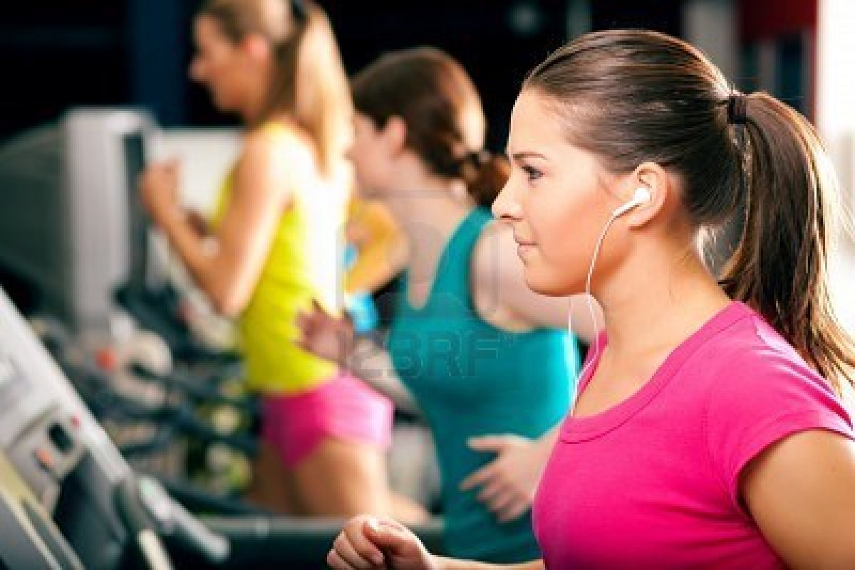 8295281-running-on-treadmill-in-gym-group-of-women-and-men-exercising-to-gain-more-fitness-the-woman-in-fro